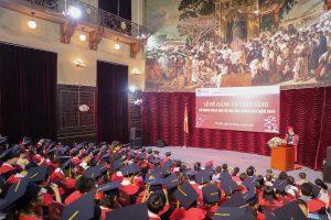 Trường Đại học Khoa học Tự nhiên trao bằng tốt nghiệp cho sinh viên khóa QH.2015